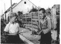 S kamarádem v roce 1937 - pamětník vpravo