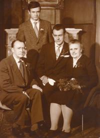 1960, Mirek Koval stojí, rodiče a bratr Vladimír sedí