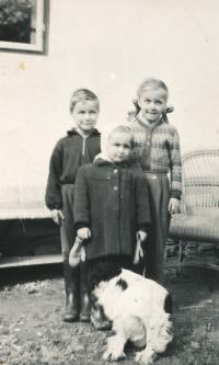 sourozenci Jílkovi 1956 - zleva - Ondřej, Anežka, uprostřed Vendulka