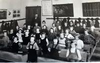 Eva Kotková s knoflíky, 2.třída, 3.lavice uprostřed, Praha 1939/40