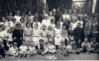 MUDr. Anna Schulzová, 1.řada uprostřed s tmavě lemovaných výstřihem, Dětské oddělení nemocnice Krč, Praha 1927
