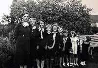 Eva na prázdninách jako nejmenší z bratranců a sestřenic, Frýdek-Místek, 1936