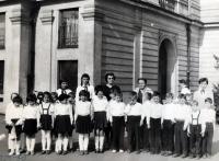 Eva Kotková v brýlích, s pěveckým souborem, Praha 1959