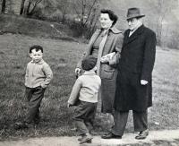 Eva Kotková a synové, s dědou Edou na procházce, 1958