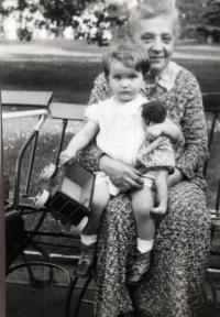 Eva s babičkou Josefou Schulzovou, Praha 1934