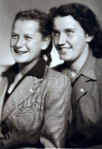 Eva s kamarádkou Janou Barešovou, Praha 1951