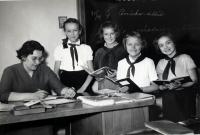 Eva Kotková ve škole s žačkami-pionýrkami, Praha 1957