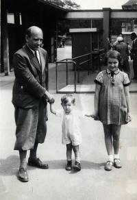 Otec Eduard Beránek s Evou a Jirkou v Zoo, Praha 1941