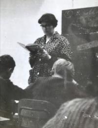 Eva Kotková učící ve třídě, Praha 1954