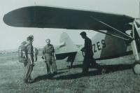 Na krajské soutěži ve skoku padákem v Prostějově v roce 1953