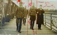 Otec Pamětníka Jan Höchsmann vede v srpnu 1919 maďarského ministra zahraničí Petera Agostona přes opevněný most na Dunaji k jednání o sporné území Petržalky