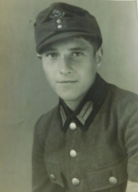 Pavel Höchsmann v roce 1944 v Reichsarbeitsdienst (RAD) (česky Říšská pracovní služba)