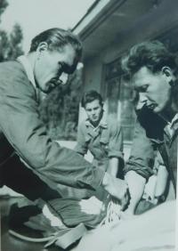 Pavel Höchsmann na krajské soutěži ve skoku padákem v Prostějově v roce 1953