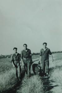 Uprostřed Pavel Höchsmann na krajské soutěži ve skoku padákem v Prostějově v roce 1953