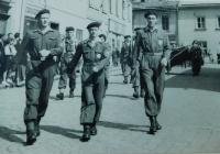 Vpravo Pavel Höchsmann na 1. máje 1953 v Mohelnici