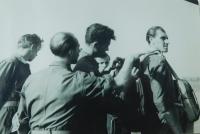 Vpravo Pavel Höchsmann na krajské soutěži ve skoku padákem v Prostějově v roce 1953