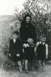 Pavel Dias s bratranci a babičkou Marií