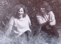 Daniela Švandová s kamarádkou, 60. léta