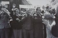 1. 5. 1969 - Členové KANu v prvomájovém původu (zleva doprava: s rukama před obličejem Hilarion Kukšín, Ludvík Rybáček, Rudolf Battěk, neznámý muž, v bílém plášti - Egon Lánský, z boku, s tleskajícíma rukama - Jiřina Mlýnková (Rybáčková))
