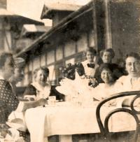 from the left: grandmother Amalie, uncle Otto, aunt Wilhemine, mother Elfrída, 1915