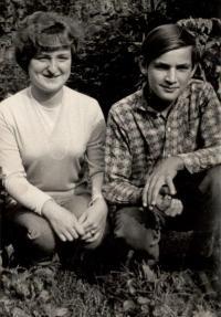 Děti paní Pražákové v roce 1966. Dcera Helenka a syn Fanda.