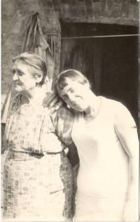 Helena Pražáková s maminkou před koňskou stájí v Byšicích kolem roku 1983.