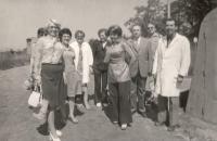 Družba Vitany s managementem FN Bulovka, paní Pražáková vzadu v plášti. Rok 1977.
