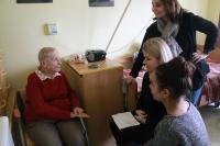 Nahrávání reportáže se studentkami v domově seniorů Mělníku.