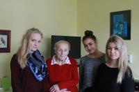 Se studentkami při natáčení projektu Příběhy našich sousedů.