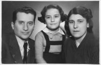 Alice Grusová s adoptivními rodiči, cca 1948