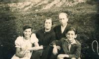 Lotte Kozová s rodiči a bratrem Bernhardem na výletě u Sineviru - 1941