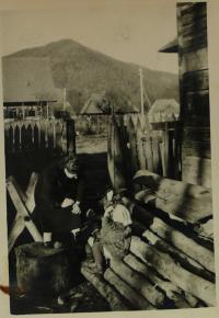 Lotte Kozová u domu v Sineviru