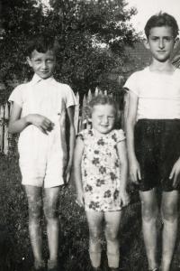 Zleva Rolf Lebovič, Lotte Salomon a Berhard Lebovič - všechny děti na fotografii zahynuly během Šoa