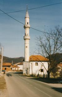 Poškozený minaret v Otoce