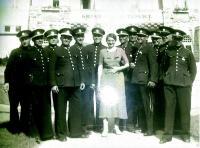 Ostravská policejní hudba, 40.léta, uprostřed dcera jejího velitele