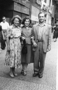 Olga and Mirko Schmidts with mother
