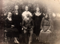 Marie Vegrichtová (1st from the left in the upper row) with her parents, sisters and grandma, Volhynia 1940