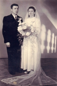 Marie Dolečková marrying Stanislav Vegricht, Krnov 1947