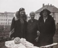 Newborn Dagmar with mother, grandmother form Moravia and grandmother form Mariánské Lázně / 1931