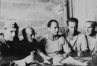 Zleva Stanislav Holáň, Zdeněk Zelený, Ladislav Shejbal, Slovák, Jaroslav Mejzr v zednické partě v pracovních lágrech na Jáchymovsku