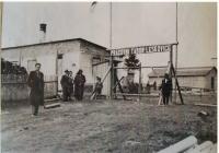 Pracovní tábor v Leskovicích, nalevo otec Vlastimily Holakovské
