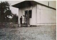 Rodina Soukupova před prozatímním domovem