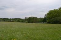 Pohled od bývalé horní části vsi k dolní, která bývala v okolí rybníka