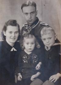 Malá Annelore s rodiči a bratrem r. 1942