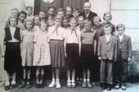 základní škola v Milíně, Věra Kopalová čtvrtá zleva v první řadě