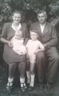 František a Marie Maříkovi s dětmi