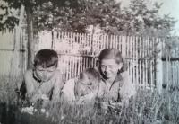 Věra Kopalová s bratrem Karlem (uprostřed) a bratrancem Karlem Maříkem