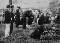 Americká delegace v roce 1987 pokládá květiny k památníku amerických vojáků padlých při osvobozování Československa