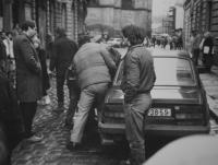 Na fotografii nakládá Státní bezpečnost zatčeného pamětníka Michala Mrtvého do auta