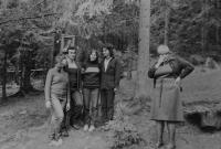 Michal Mrtvý s mladými křesťany z Olomouce na poutním místě u obce Turzovka
